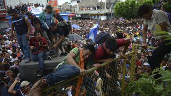 Áttörték a mexikói határt a hondurasi menekültek
