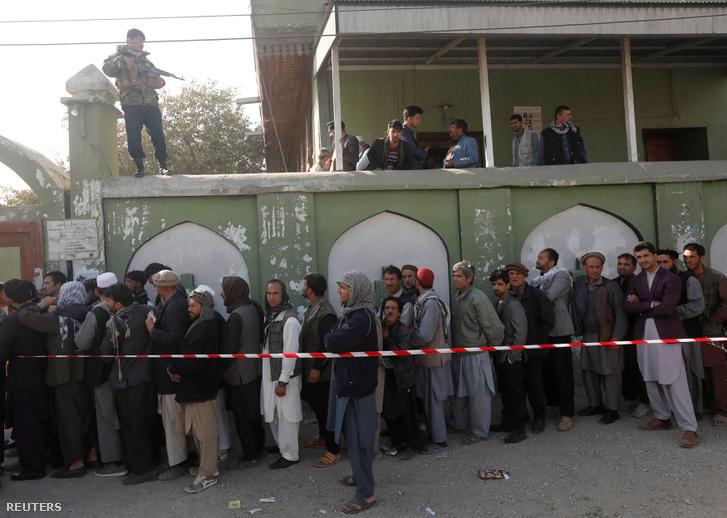 Afgán férfiak állnak sorban a szavazó helyiségnél Kabulban, 2018. október 20-án