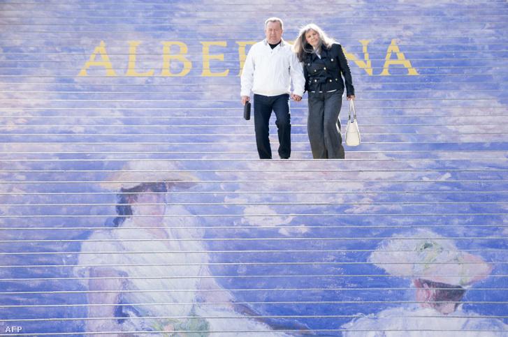 Egy pár sétál le az Albertina Művészeti Galéria híres lépcsőjén, ami Claude Monet kiállítását népszerűsíti Bécsben 2018. október 1-én