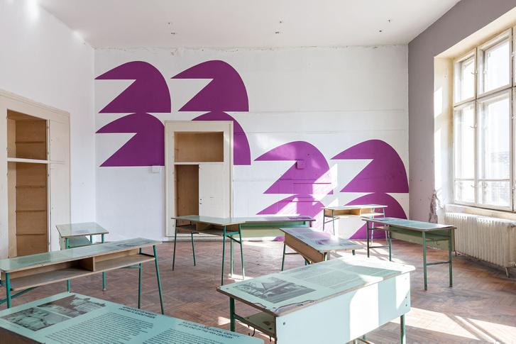 Ez a terem még csak a bevezető a kiállításhoz, az itt található díszítés Kazsik Marcell munkája. Az iskola múltjára utaló padokon a kiállítás, az ornamentika és az épület történetet olvasható