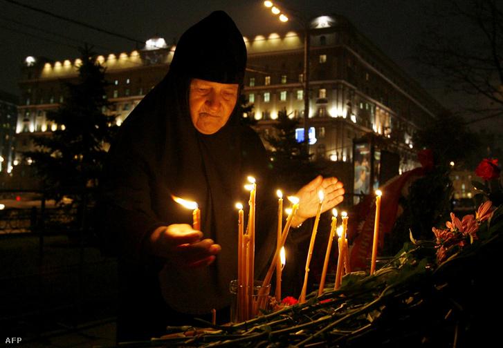 Idős orosz apáca emlékezik a sztálini terror áldozataira a KGB egykori épülete előtti téren (2007. október 30.)