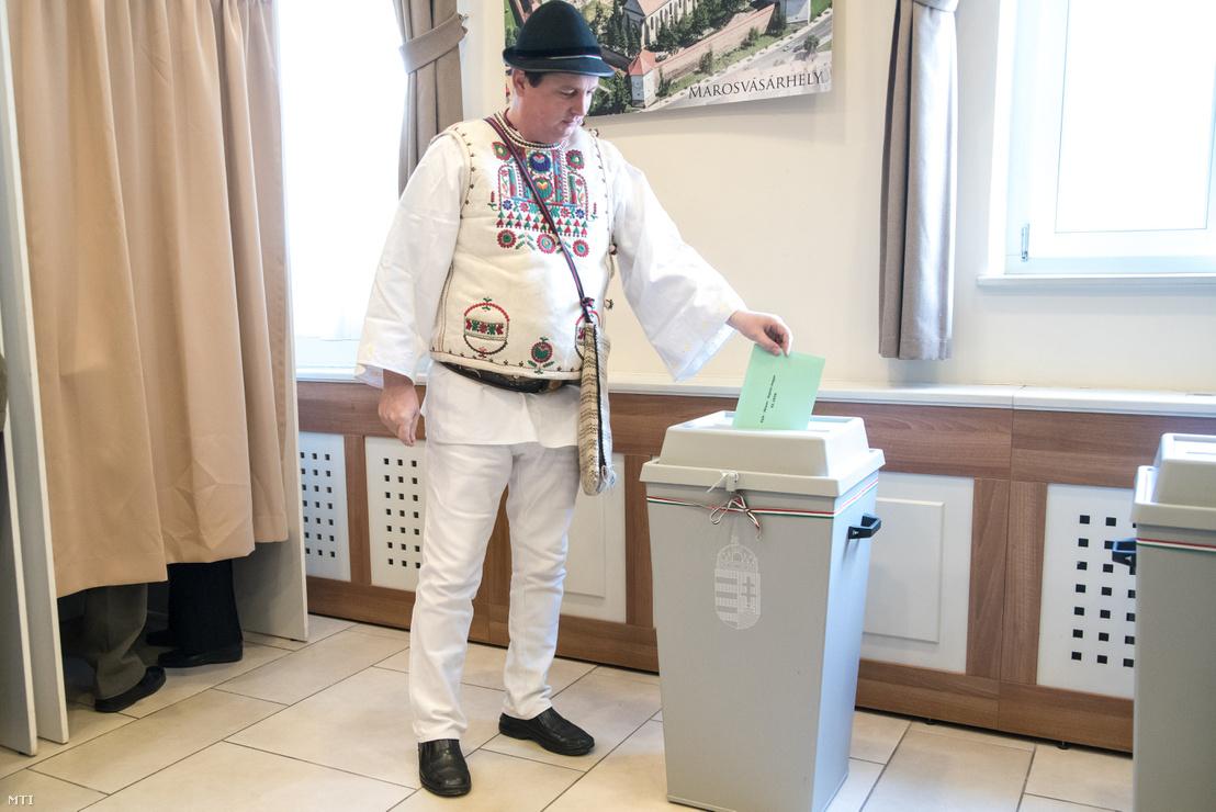 Gyimesi csángó népviseletbe öltözött férfi szavaz a csíkszeredai magyar főkonzulátuson az országgyűlési képviselő-választáson 2018. április 8-án.