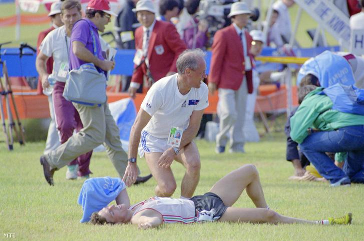 Szöul 1988. szeptember 22. Martinek János olimpiai bajnok öttusázó (fekszik) és dr. Török Ferenc szövetségi kapitány öröme a célbaérkezés után a XXIV. nyári olimpiai játékokon Szöulban. Martinek ezen az olimpián csapatban is és egyéniben is aranyérmet nyert.