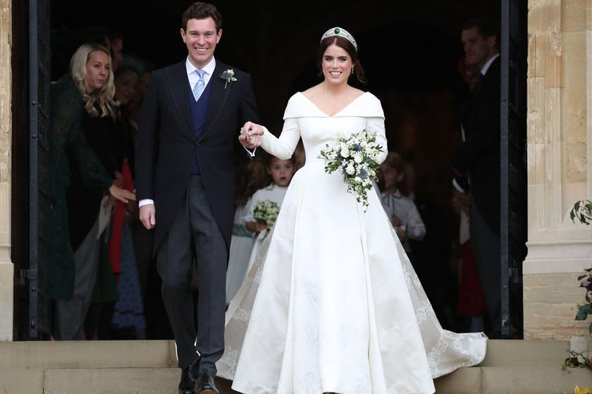 Eugénia hercegnő és Jack Brooksbank 2018 októberében keltek egybe. Erzsébet királynő unokája - András herceg lánya - egy Peter Pilotto és Christopher De Vos tervezte, hófehér, uszályos ruhát viselt.