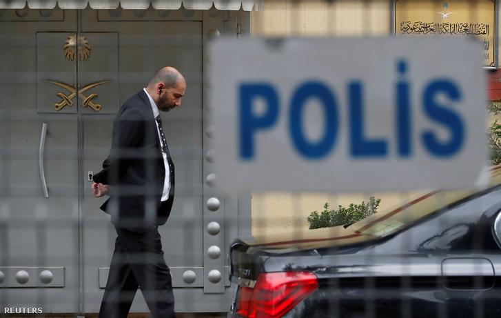 Biztonsági őr az isztambuli főkonzulátus előtt