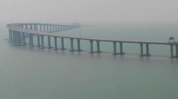 Ezen az új 55 kilométer hosszú híd/alagút-kombináción ámul a világ