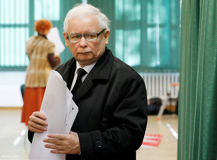 Jarosław Kaczyński, a Pis vezetője szavaz