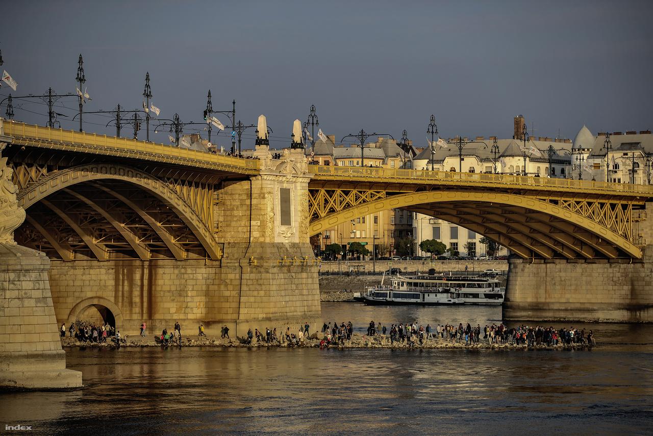 Katasztrófaturizmus, aszály-különkiadás. Emberek lepik el a folyó szárazra került medrét mindenhol a Dunán.