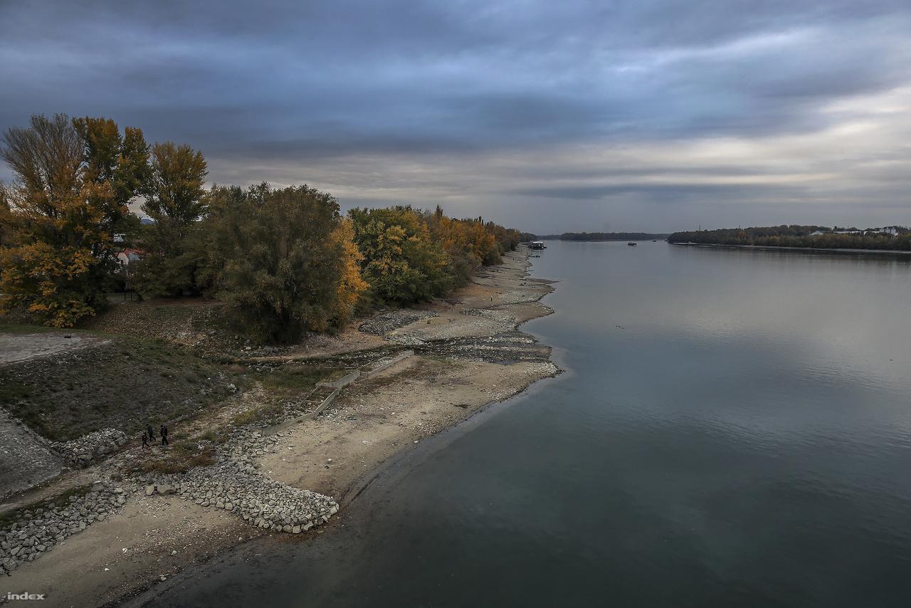A Duna vízszintje a Komáromtól kezdődő szakaszon mindenhol alulmúlta a valaha mért legalacsonyabb értéket.
