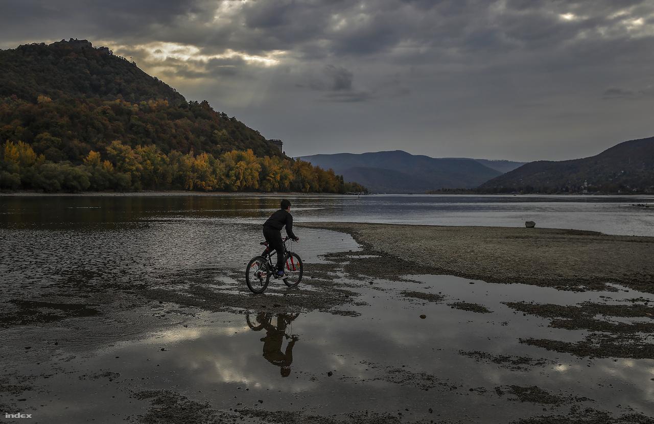 A Dunakanyarban is látványos a folyó alacsony vízszintje.