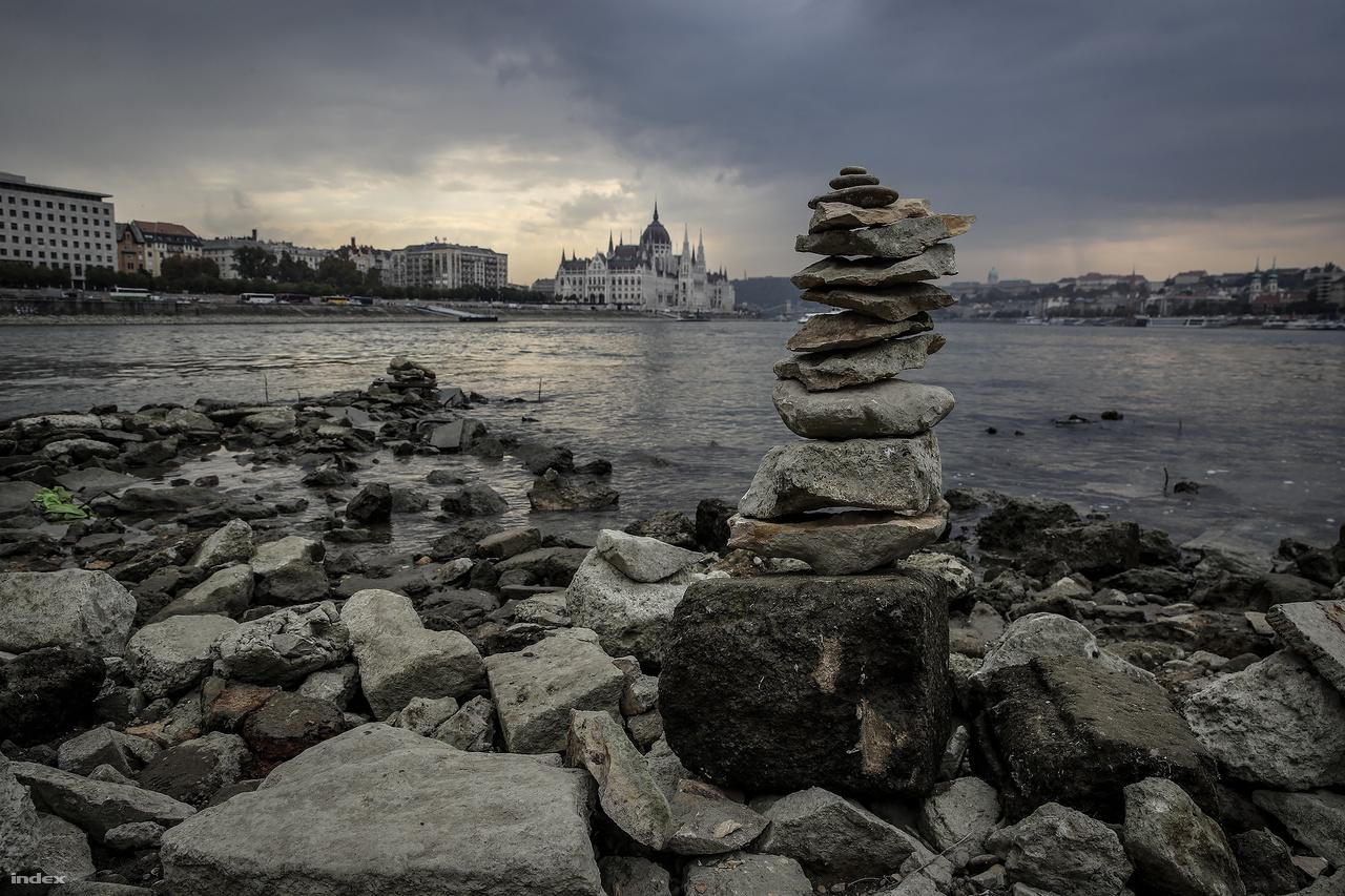 Kőtorony a Margitsziget déli csücskénél. A meteorológiai előrejelzés a hét közepén várható a Duna részvízgyűjtőin olyan jelentősebb mennyiségű csapadék, aminek a hatására a folyó vízszintje a mostani negatív rekordról kicsit megemelkedhet.