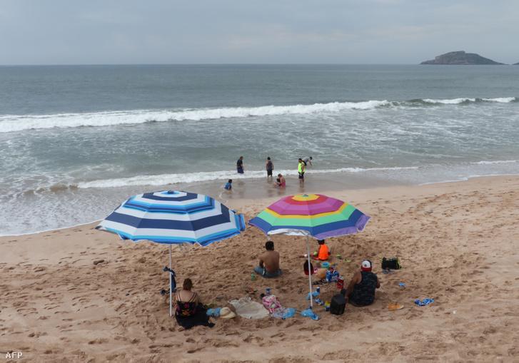 Ma még strandolnak a turisták a mexikói Mazatlan tengerpartján, holnap azonban ideér Willa