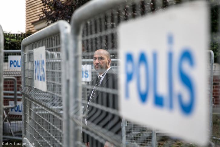 Rendőrségi kordon az isztambuli főkonzulátus előtt