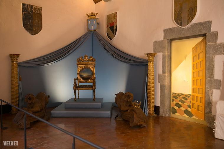 Aki azzal az egy feltétellel fogadta el, hogy Dalí csak akkor látogathatja őt ott meg, ha írásos meghívót kap