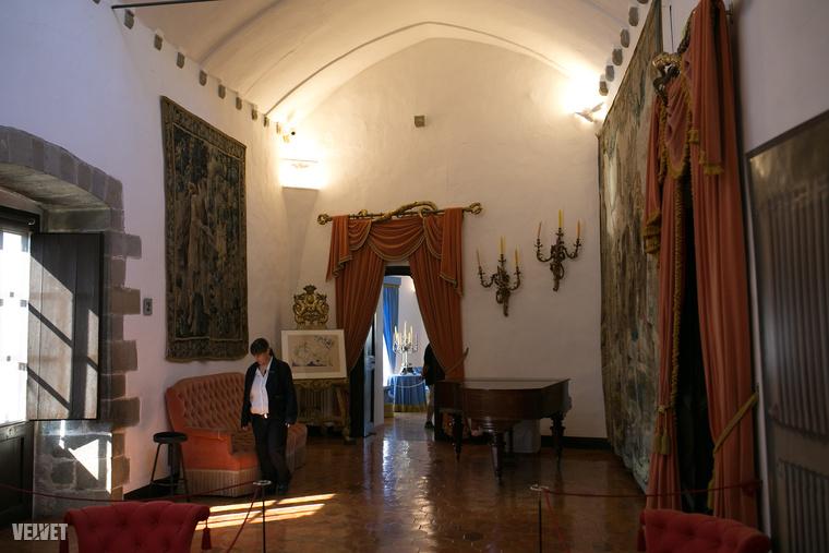 A második világháborút követően Cadaqués mellett Port Llegatban éltek, majd Dalí 1968-ban vett Galának egy középkori kastélyt a közeli Pubólban, három év alatt a sajátos stílusában felújította, és Galának ajándékozta.