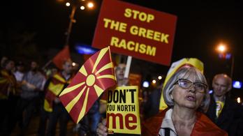 Rendőrök védik a Macedónia új nevét megszavazó politikusokat