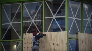 Bedeszkázzák az ablakokat Mexikóban: 230 km/h-s széllel jön Willa