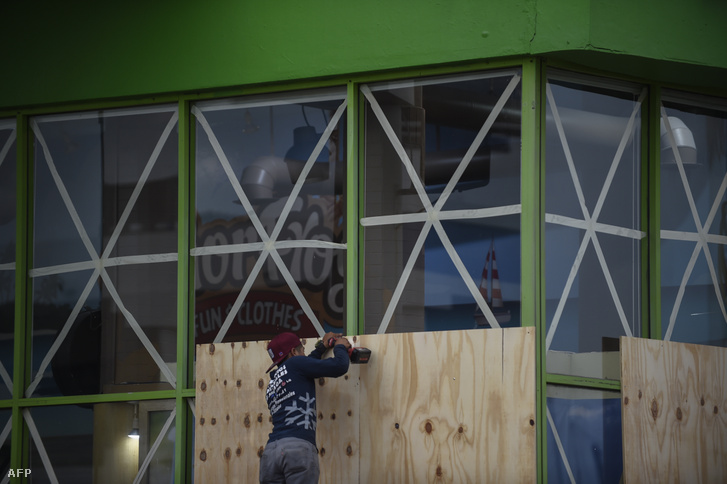 Befedik az áruház kirakatát a Willa hurrikánra készülve Mazatlan kikötőben, Mexikóban, 2018. október 22-én