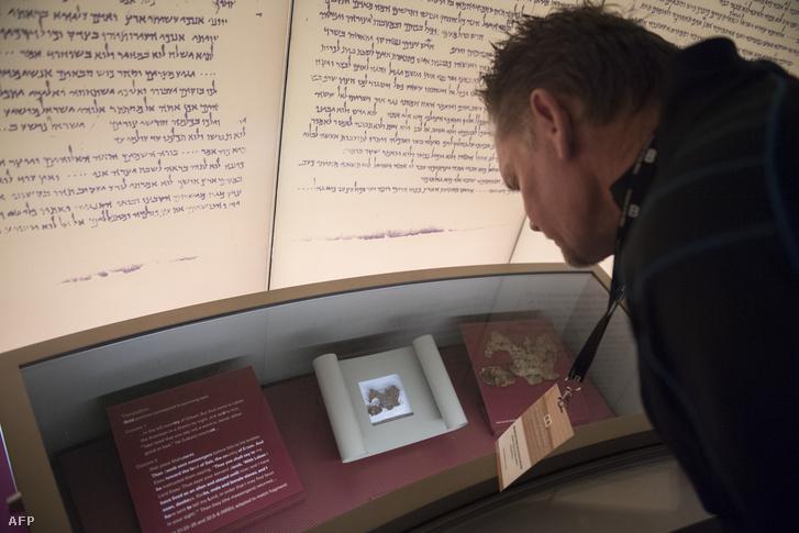 Holt-tengeri tekercseket szemléli egy látogató, a washingtoni Bibliamúzeumban 2017. november 14-én