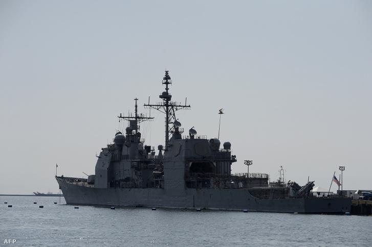USS Antietam (CG-54) romboló kiköt a Manila kikötőben 2016. március 14-én