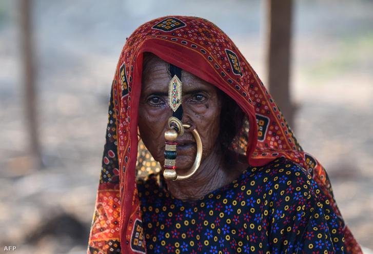Indiai nomád pásztor a Kutch régióban, 100 kilométerre Ahmedabadtól, Indiában 2018. október 22-én