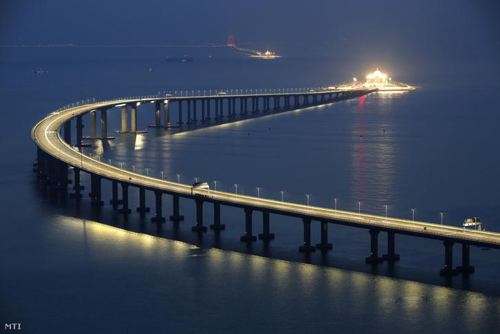A Hongkong-Csuhaj-Makaó híd, a világ leghosszabb tengeri hídja Hongkongban 2018. október 22-én, a megnyitása előtti napon. A három várost a Gyöngy-folyó torkolatvidékén összekötő híd teljes hossza 55 kilométer, ebből a főhíd 23 kilométer, az alagút 6,7 kilométer, és két mesterséges sziget is része a létesítménynek.