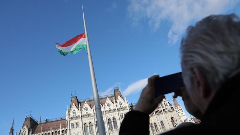 Tüntetők mentek a Magyar Televízió székházához