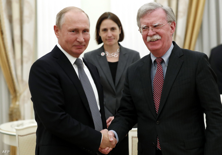 Vlagyimir Putyin orosz államfő (b) fogadja John Bolton amerikai nemzetbiztonsági tanácsadót a moszkvai Kremlben 2018. október 23-án.