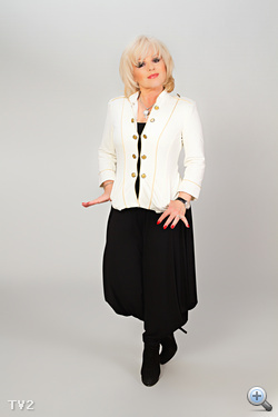Balázs Klári, a TV2 műsorának zsűritagja egész furcsa ruhát kapott a műtermi fotózáshoz.