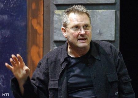 Forgács Péter rendezés közben a Győri Nemzeti Színházban (Fotó: Matusz Károly)