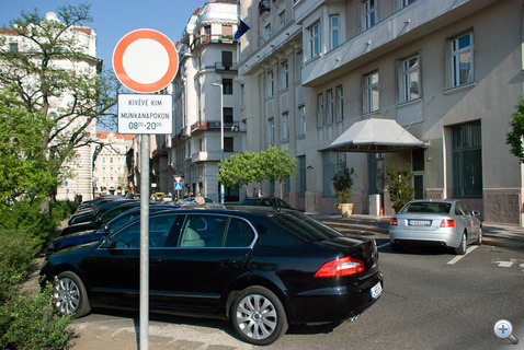 Egy új Superb a minisztériumi parkolóban
