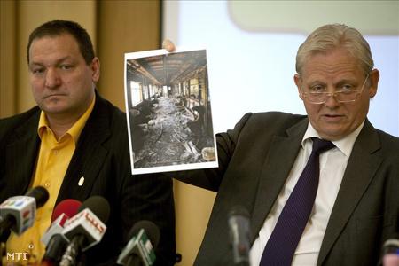 A főpolgármester egy kiégett metrókocsi képét  lobogtatta a sajtótájékoztatón (fotó: Marjai János)