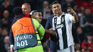 C. Ronaldo lőtt szelfit a berohanónak