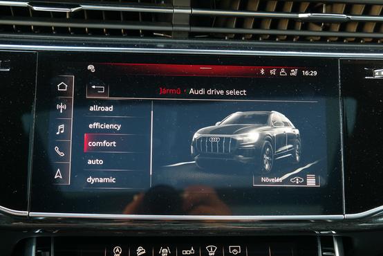 A futómű-motor-kormányzás beállítások üzemmódjai ki sem férnek egy képernyőre, mert 8 van belőlük. Érdekes, régen ilyesmihez nem kellett lapozgatni egy képernyőt