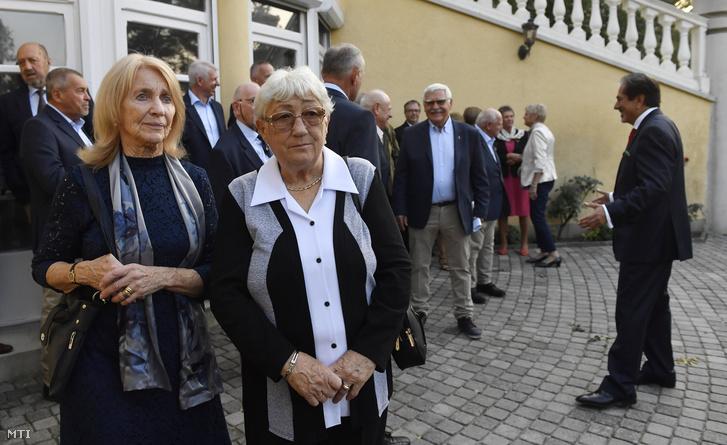 Sákovicsné Dömölky Lídia olimpiai bajnok tõrvívónõ és Fábiánné Rozsnyói Katalin olimpiai bajnok kajakozó (b-j) a Mexikóban 1968-ban rendezett olimpia 50. évfordulója alkalmából tartott ünnepségen a nagykövetség rezidenciáján 2018. október 8-án.