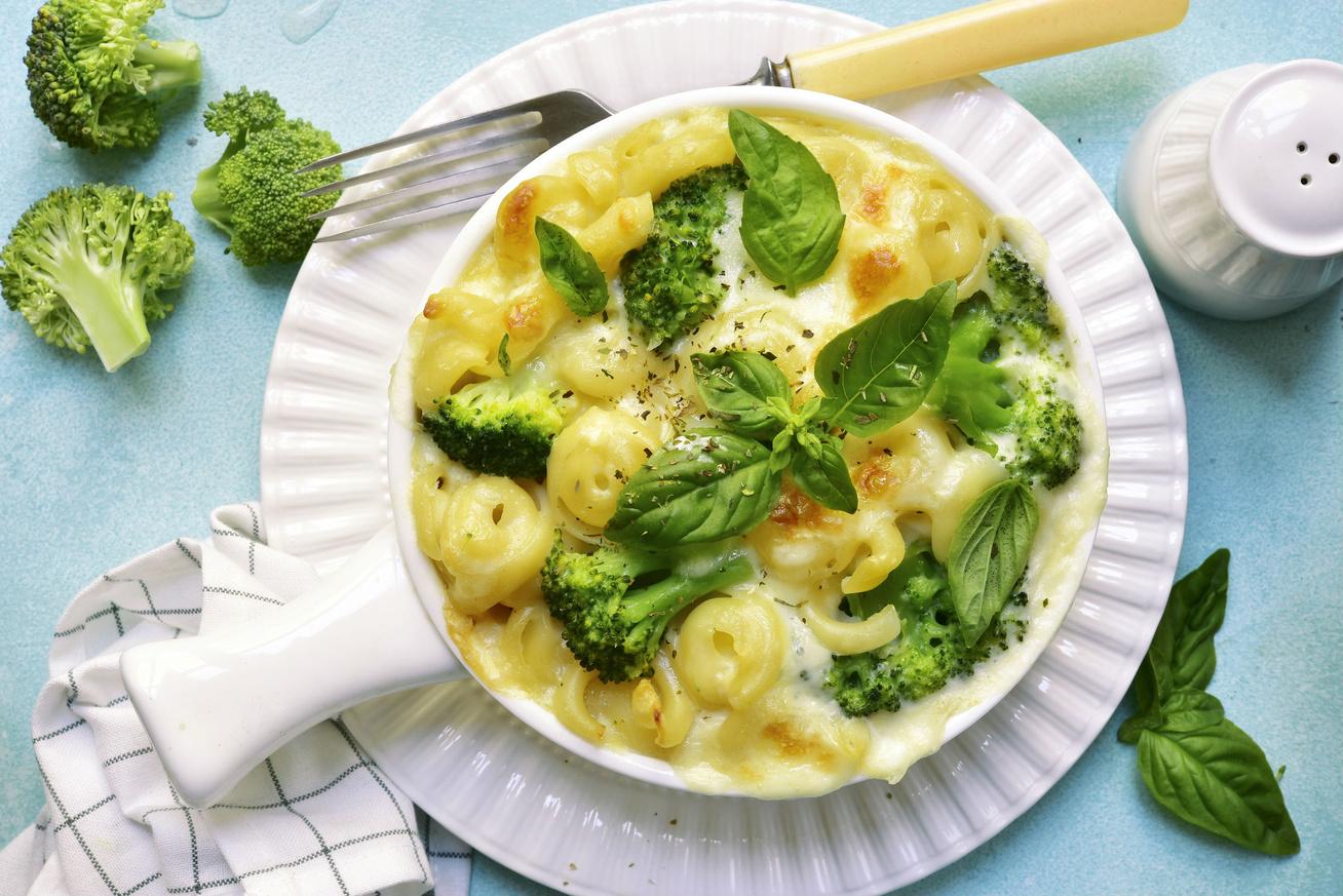 Brokkolis triplasajtos tészta a sütőből: kívül ropogós, belül krémes, szaftos