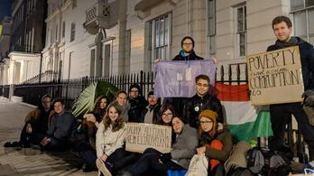 Tiltakozásként a londoni magyar nagykövetség előtt aludtak
