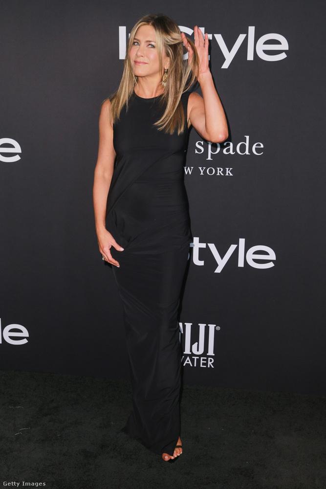 Na de ezt nézzék, hogyan tündököl ezen a divatgálán Hollywood egyik leghíresebb aktuális színésznője, Jennifer Aniston!!!Hogyan tündököl...?Hát sajnos sehogy.