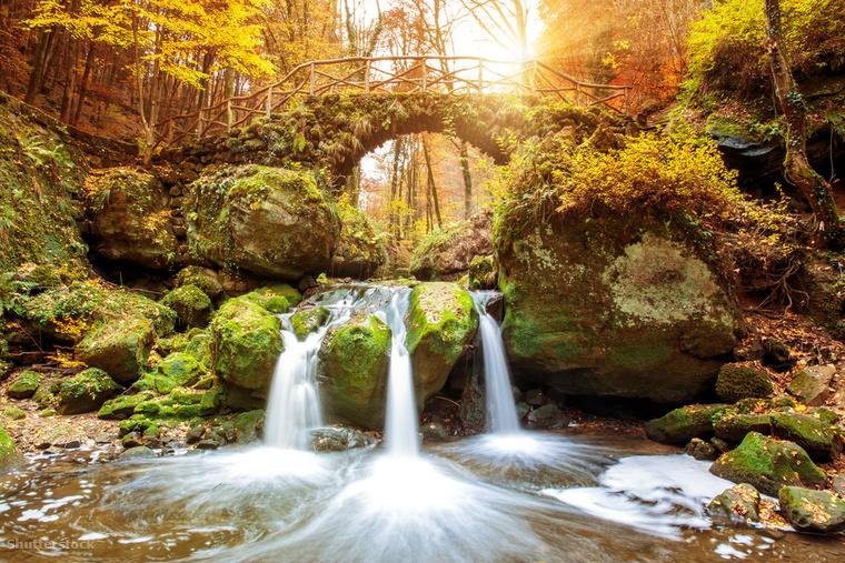 """Luxemburg """"Kis Svájcának"""" is nevezett régiója ad helyet a Mullerthal túraútvonalnak, amit ősszel lenyűgöző színű lombkoronák szegélyeznek"""
