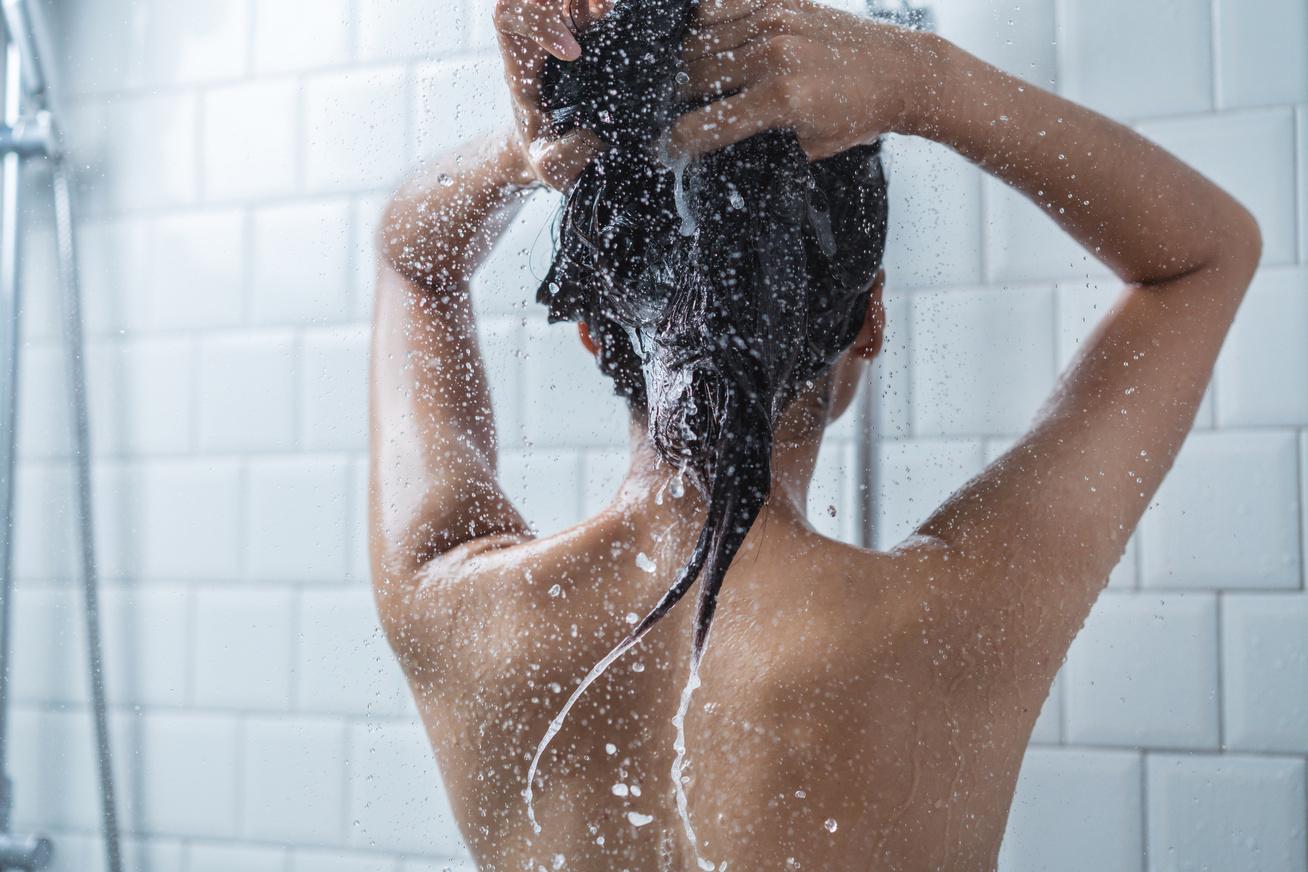 zuhany zuhanyzás nő hajmosás