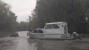 Elszabadult egy lakóhajó a Tisza-tavon