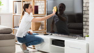 Így tisztítsd tökéletesre a tévéképernyőt a házimozizás előtt