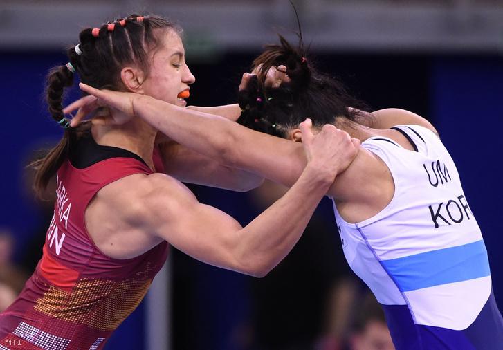 Barka Emese (pirosban) és a koreai Um Dzsi Eun a női 57 kilogrammos súlycsoport negyeddöntőjében a budapesti birkózó-világbajnokságon a Papp László Budapest Sportarénában 2018. október 24-én.
