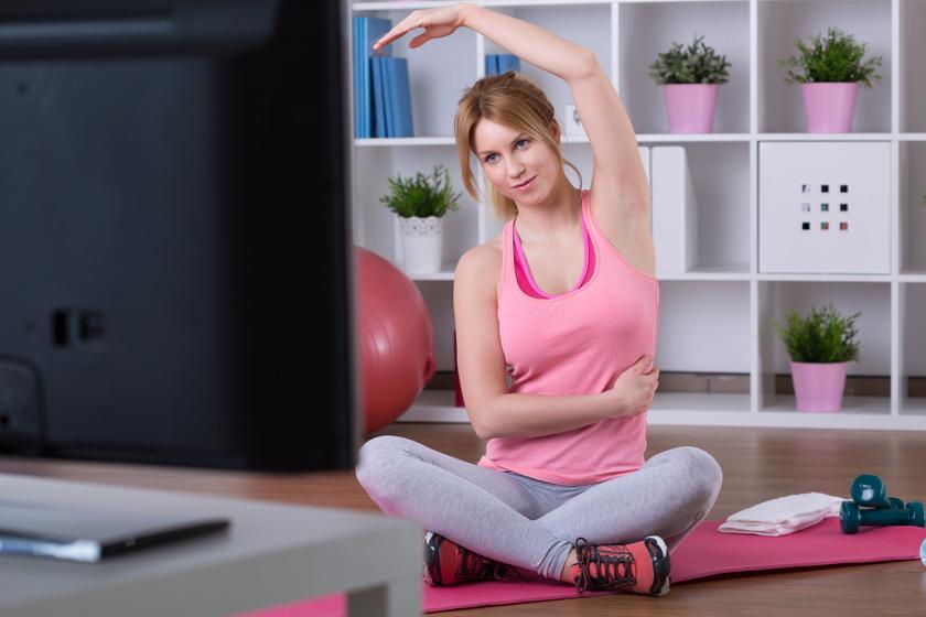 Nagyobb kedved lesz az edzéshez, ha a helyszínt áthelyezed a TV elé. Így nézheted a kedvenc sorozatodat, miközben erősítesz, és nem fogod annyira megterhelőnek érezni a mozgást.