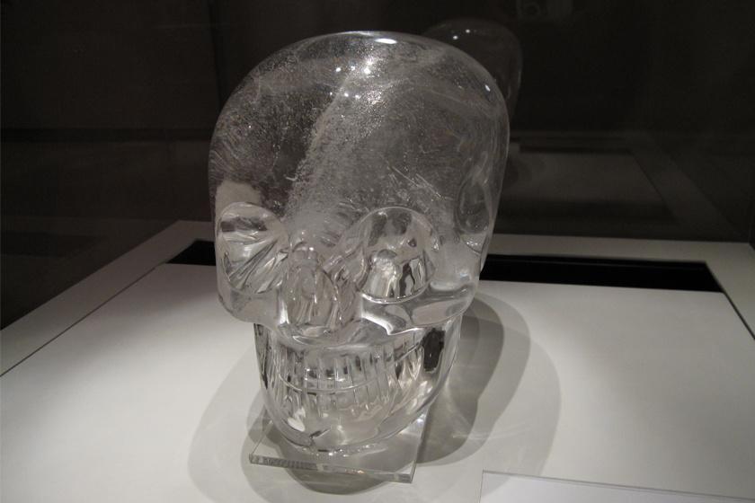 Az ősi azték kultúra hagyatékának tulajdonított kristálykoponyákat több mint 100 évig mutogatták múzeumokban, annak ellenére, hogy a szakértőknek kétségeik voltak az eredetiségükről. Egyetlen ásatáson sem találtak hasonlót, azok jellege, fogazata sem utalt ősi azték faragványokra. Idővel bizonyították, hogy koruk sem stimmel. Egy spanyolkereskedő, Eugéne Bobanfondorlatosságánakdőltek be oly sokan, még múzeumok működtetői is.