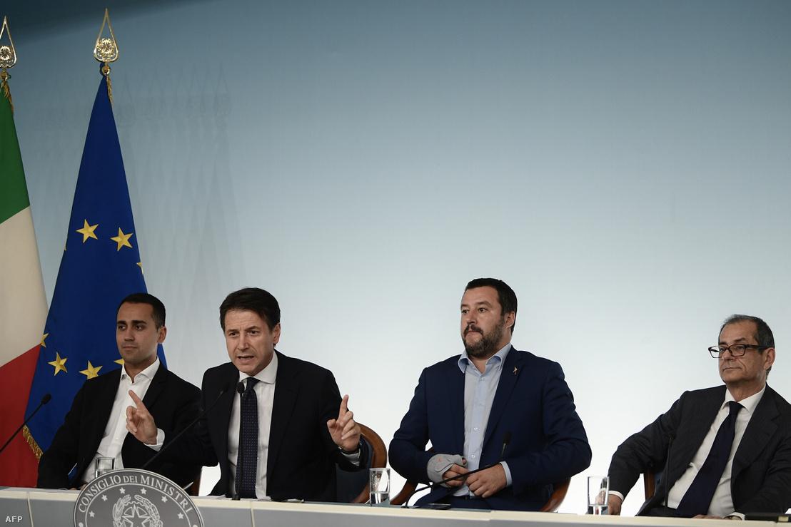 Luigi Di Maio miniszterelnökhelyettes, Giuseppe Conte miniszterelnök, Matteo Salvini belügyminiszter és Giovanni Tria gazdasági miniszter a költségvetés-tervezet uniós benyújtása előtt tartott sajtótájékoztatón 2018 október 15-én