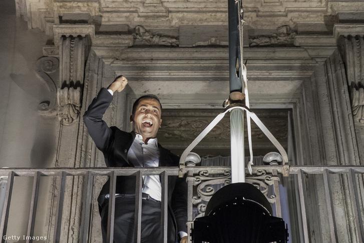 Luigi Di Maio miniszterelnökhelyettes a miniszterelnöki rezidencia erkélyén a 2019-es költségvetési célok bemutatását követően 2018 szeptember 27-én