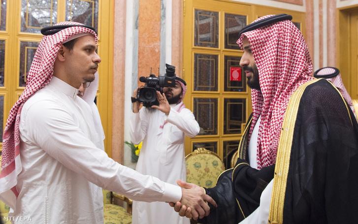 Mohamed bin Szalmán szaúd-arábiai trónörökös herceg (j) fogadja a Szaúd-Arábia isztambuli főkonzulátusán megölt szaúdi ellenzéki újságíró Dzsamál Hasogdzsi fiát Szaláhot Rijádban 2018. október 23-án.