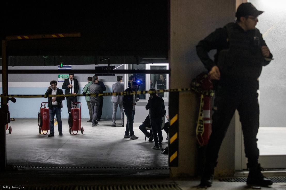 Török rendőrök vizsgálják át a parkolót, ahol Dzsamál Hasogdzsi autóját megtalálták 2018 október 23-án.