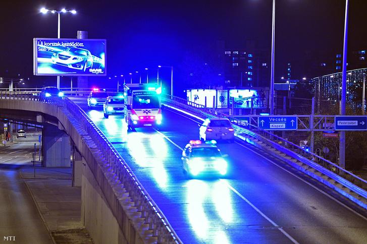 Mentőautó halad rendőri felvezetéssel a belváros felé a repülőtérre vezető gyorsforgalmi úton, a Határ útnál2011. november 11-én